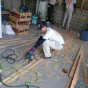 木材の切断をする塗替え道場の職人