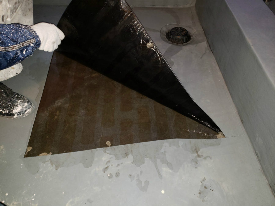 名古屋市バルコニーのウレタン密着防水塗装工事の施工中の写真