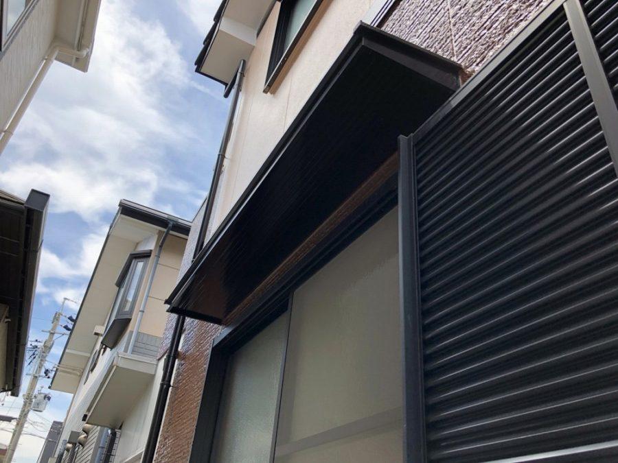愛知県の外壁塗装工事の庇とシャッターの塗装後の写真