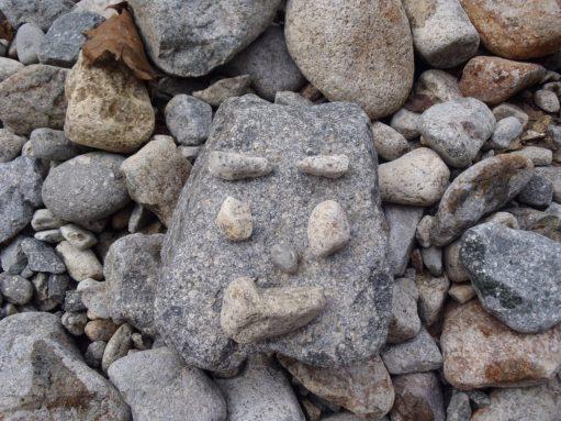 石でつくる顔